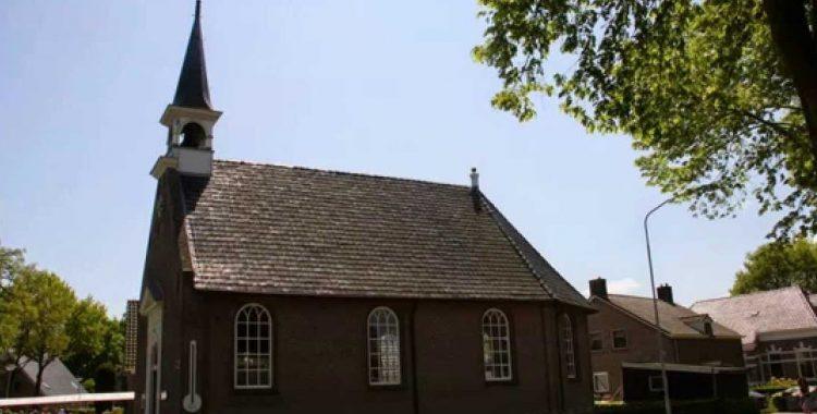 Haren-Haren passeert Hervormde Kerk Eext